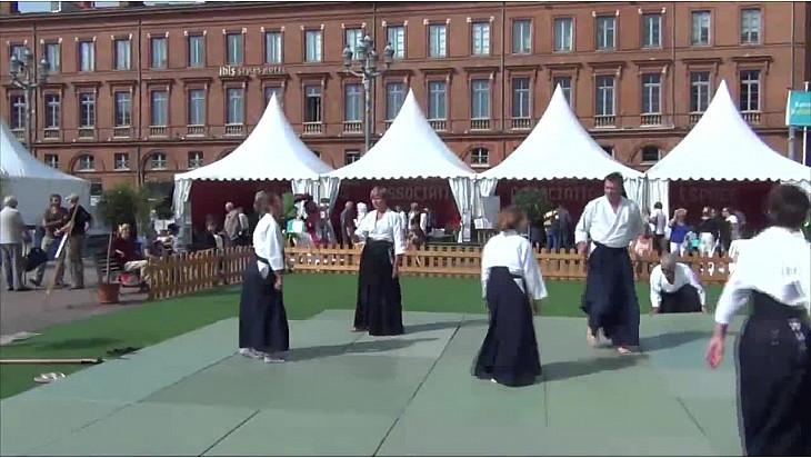 La Ligue Midi-Pyrénées d'Aikido était présente cet automne sur la place du capitole à Toulouse à l'occasion des journées séniors.